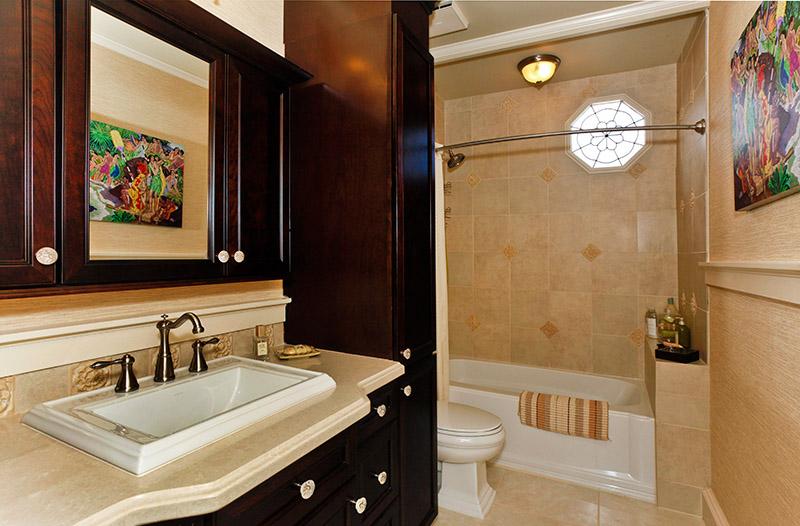 10-sierra_shared-hall-full-bath-showertub