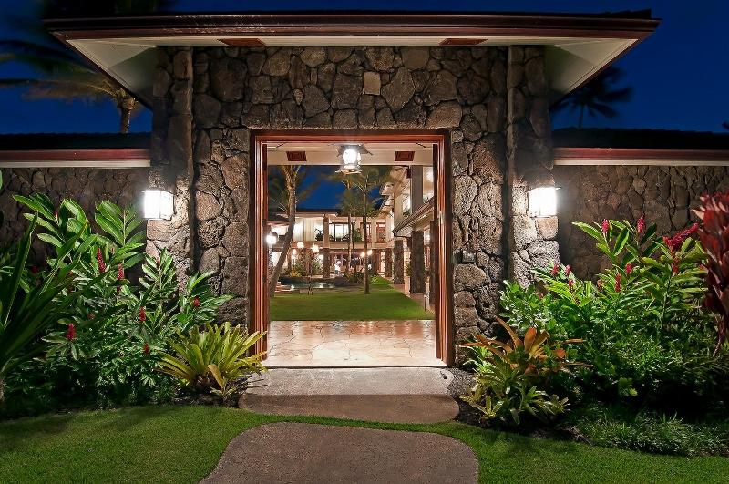 10-luxury-kailua-estate_entry-gate1-800x531