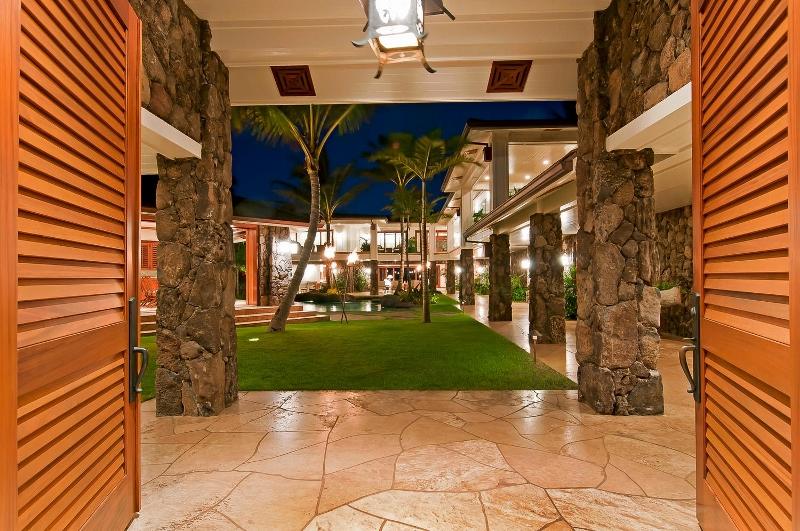 11-luxury-kailua-estate_entry-gate3-800x531