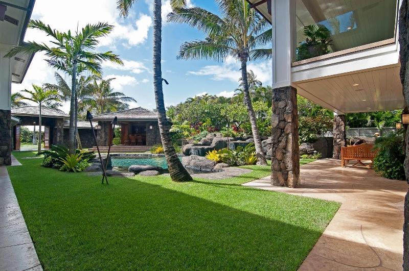 13-luxury-kailua-estate_courtyard2-800x531