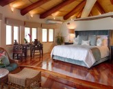13-paul_mitchell_estate-11-master-bedroom-in-main-house-800x533