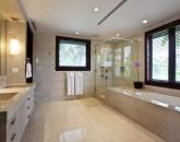14-royal-beach-estate-master-bath-800x538