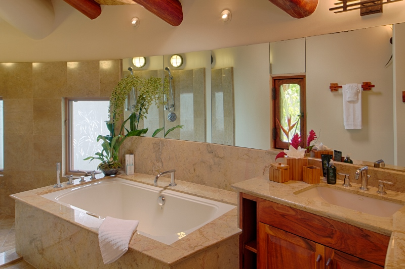 15-paul_mitchell_estate-13-master-bath-in-main-house-800x533