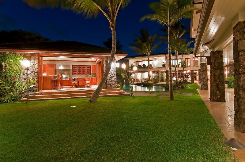 19-luxury-kailua-estate_lanai-kitchen3-800x531