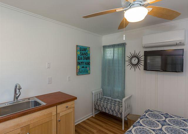 20-lanikai-oceanfront-bungalow_bedroom4-alt