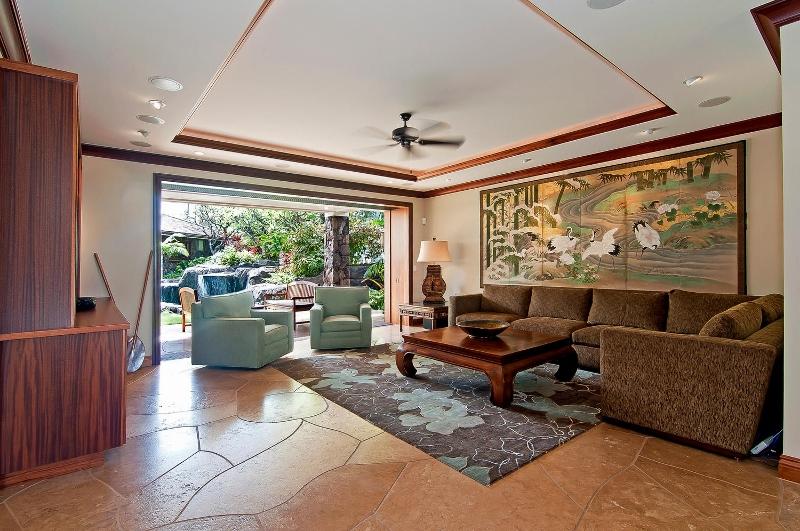 26-luxury-kailua-estate_living-room1-800x531