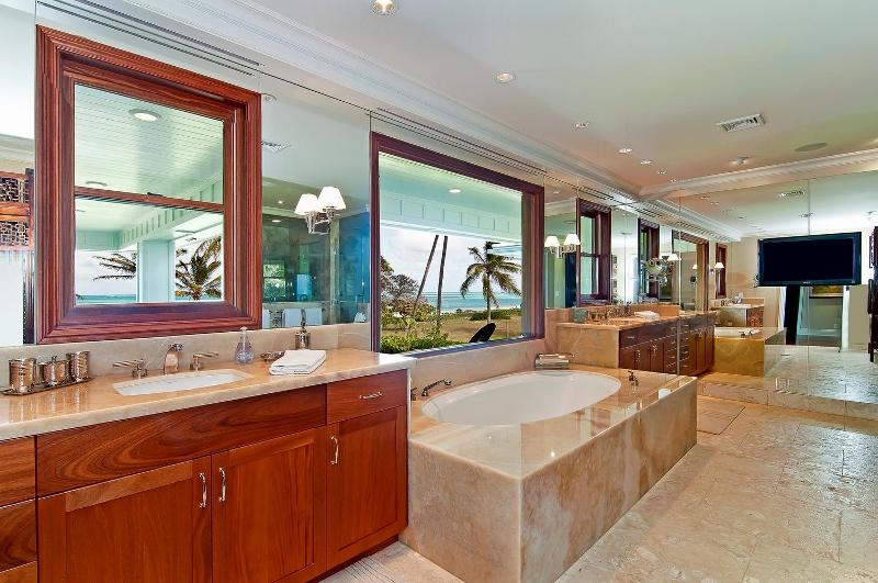 41-luxury-kailua-estate_bath4-master-800x531