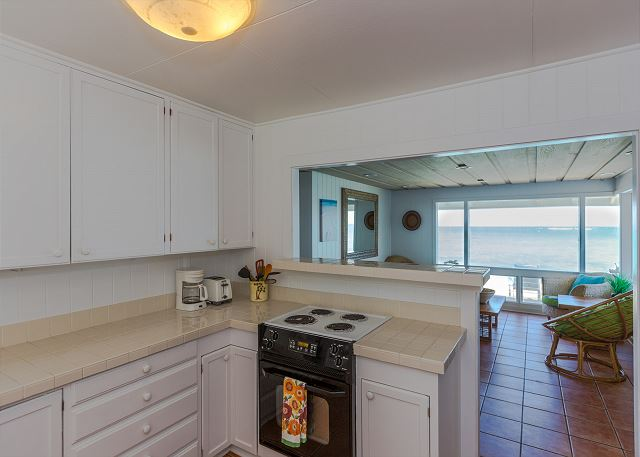 9-lanikai-oceanfront-bungalow_kitchen2