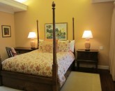 paradise-estate_guest-room-psoter-bed_img_2374