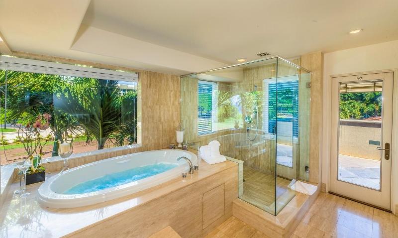 21-kai-ala-estate_master-bath2-800x478