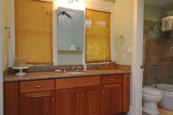 34-azureoceanfront_nannysroombathroom