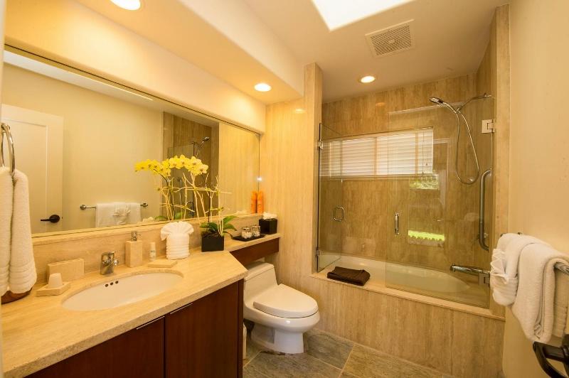 35-kai-ala-estate_bedroom6-bath-800x532