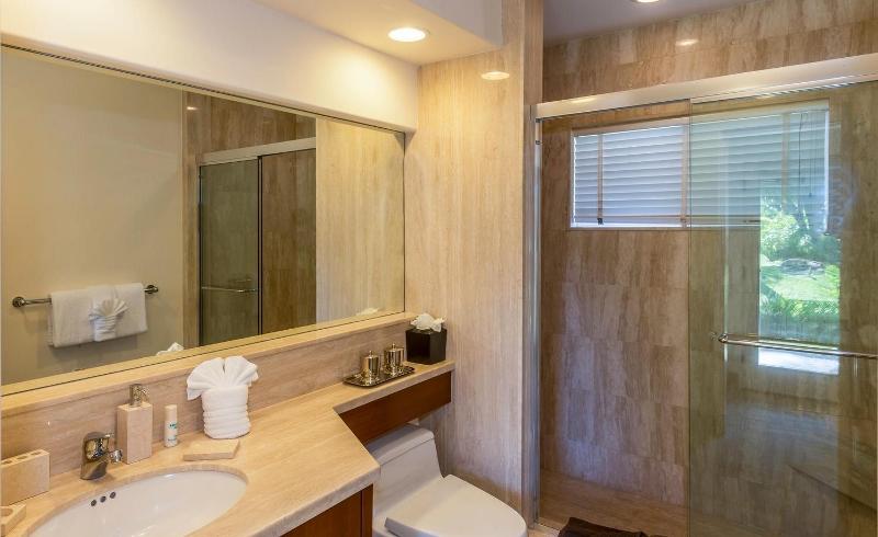 39-kai-ala-estate_bedroom8-bath-800x490