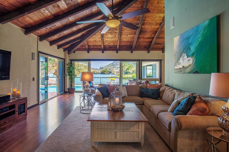 8-marinaretreat_living-room-with-sofa-queen
