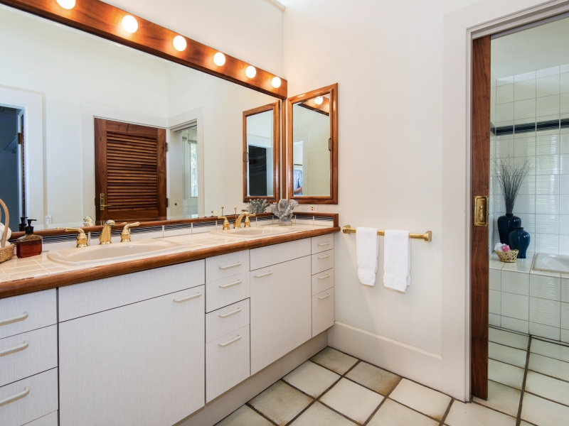 puakoplantation_typical-bathroom_800x600