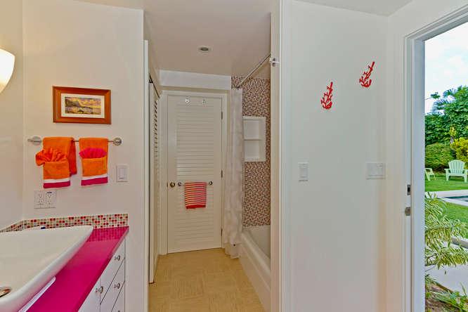 22-palm-villa_guest-house-lower-bath