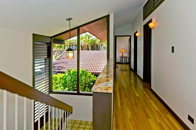 14-hawaiian-charm_hallway