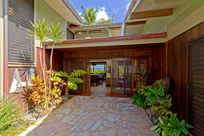 5-hawaiian-charm_front-entrance-view