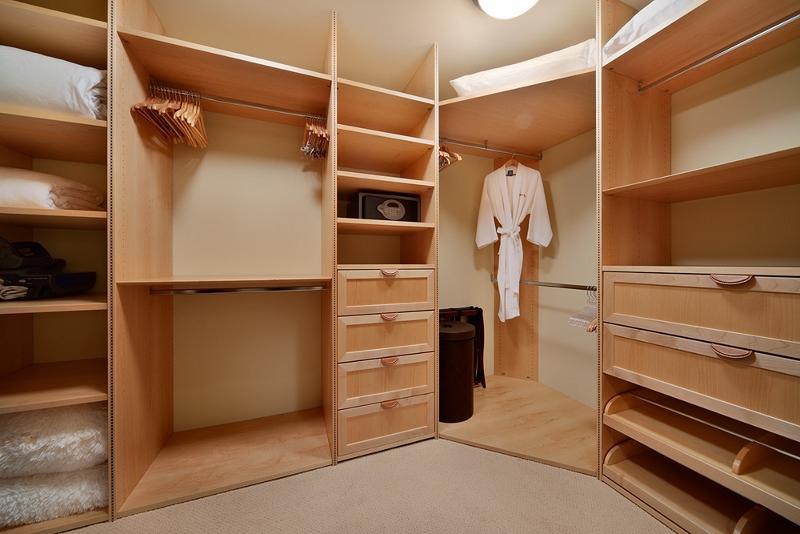 21-sandcastlessuite_master-closet-800x534
