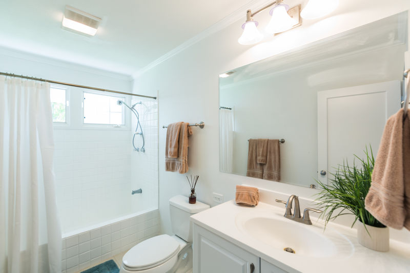 16-kahala-sea-mist_shared-guest-bath