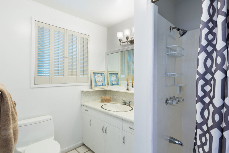 18-kahala-sea-mist_ensuite-guest-bath-queen