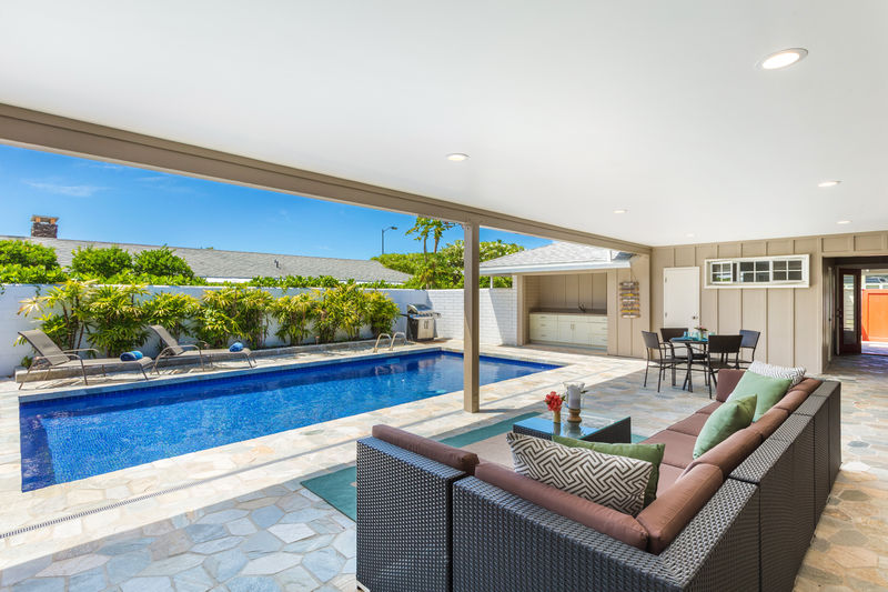 2-kahala-sea-mist_living-and-pool