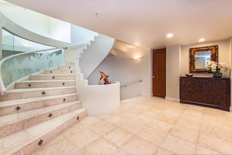 18-hawaiian-estate_entry-stairs-midlevel_41543-kalanianaole-hwy-print-035-103-29-2700x1802-300dpi-800x534