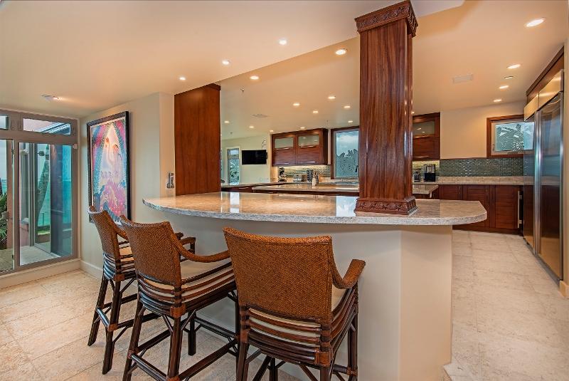 31-hawaiian-estate_kitchen-bar-seating2_41543-kalanianaole-hwy-print-019-92-16-2700x1804-300dpi-800x535