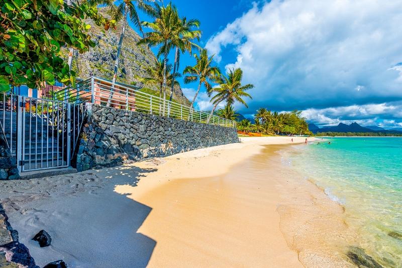 9-hawaiian-estate_beach-house-wall-gate-800x534