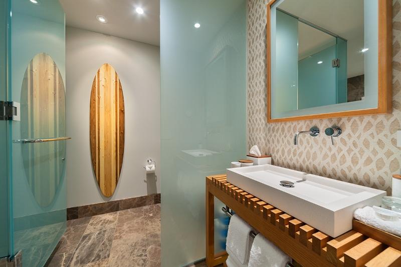 27-seaspirit811_bedroom-queens-bath-800x533
