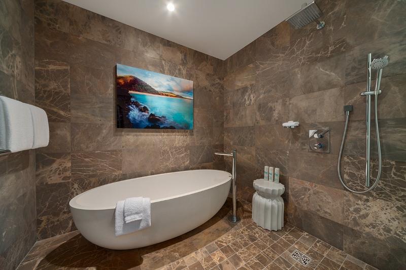 28-seaspirit811_bedroom-queens-bath2-800x533