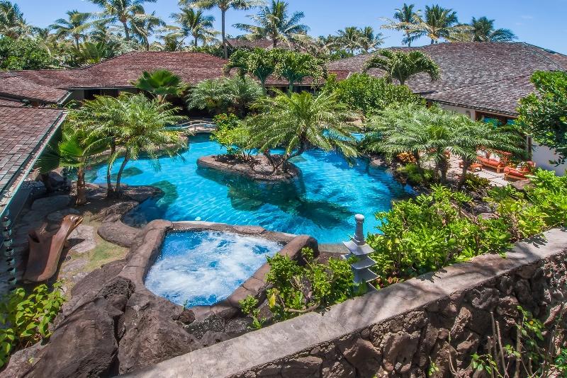 1 Luxury Oasis_pool and jacuzzi above2 (800x534)