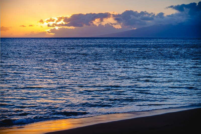 10-hawaiiana-hale_beach-800x534