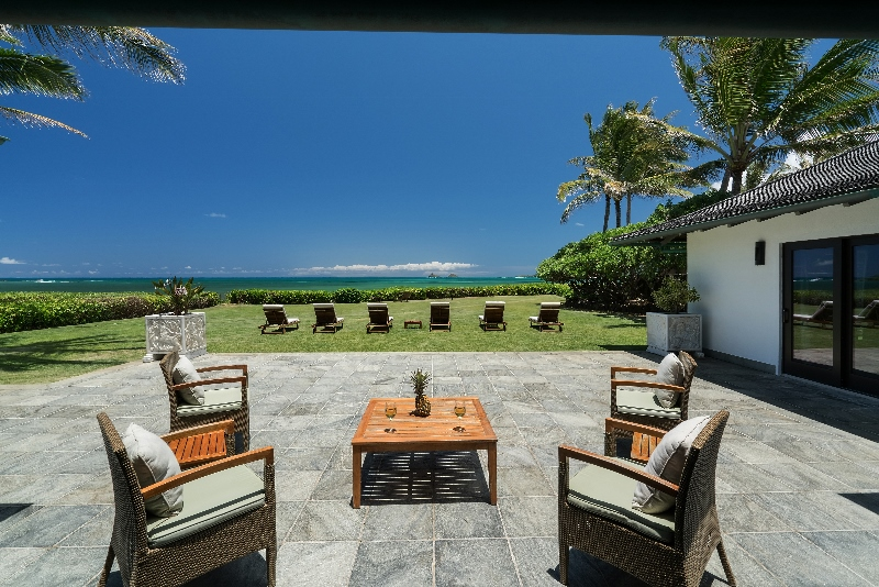 10-luxury-oasis_lanai-and-grass2-800x534