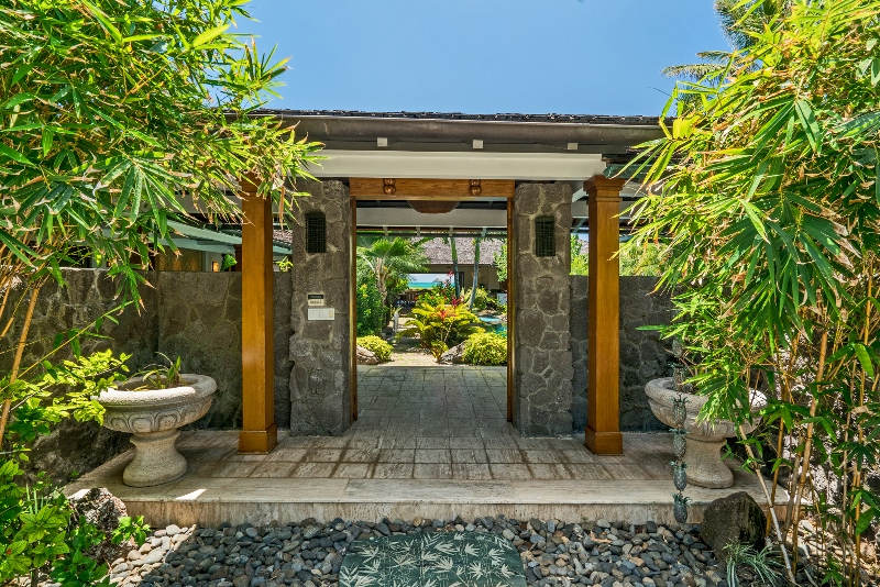 13-luxury-oasis_front-gate-800x534