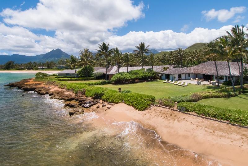 14-luxury-oasis_yard-and-beach-800x534