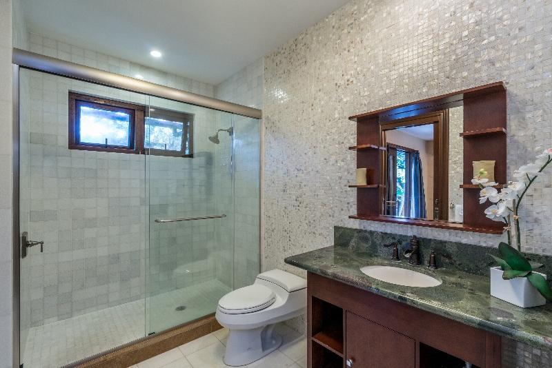 29-luxury-oasis_bath1-800x534