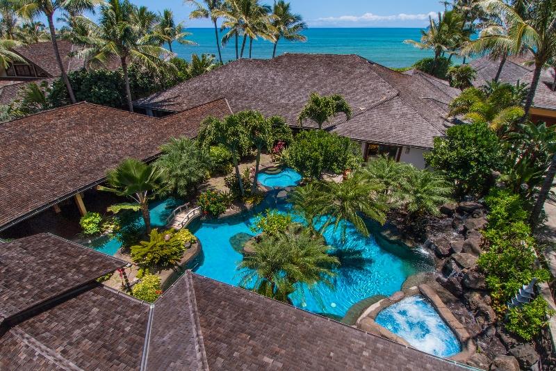 3-luxury-oasis_pool-and-jacuzzi-above-800x534