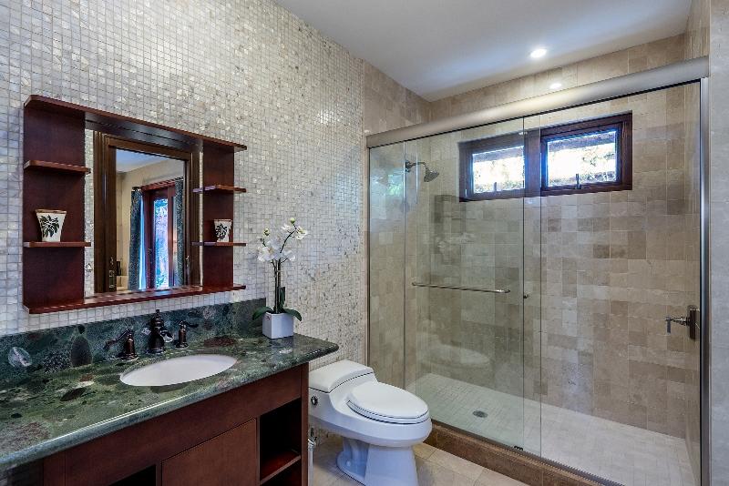 30-luxury-oasis_bath2-800x534