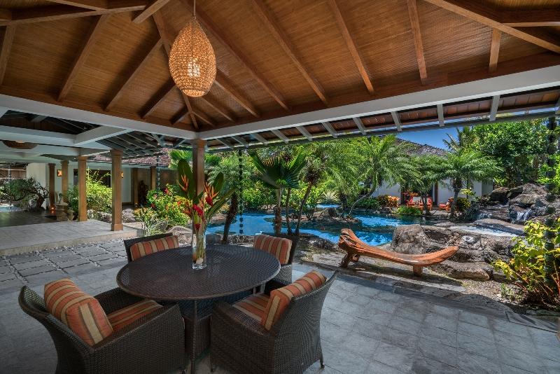 4-luxury-oasis_pool-and-lanai-800x534