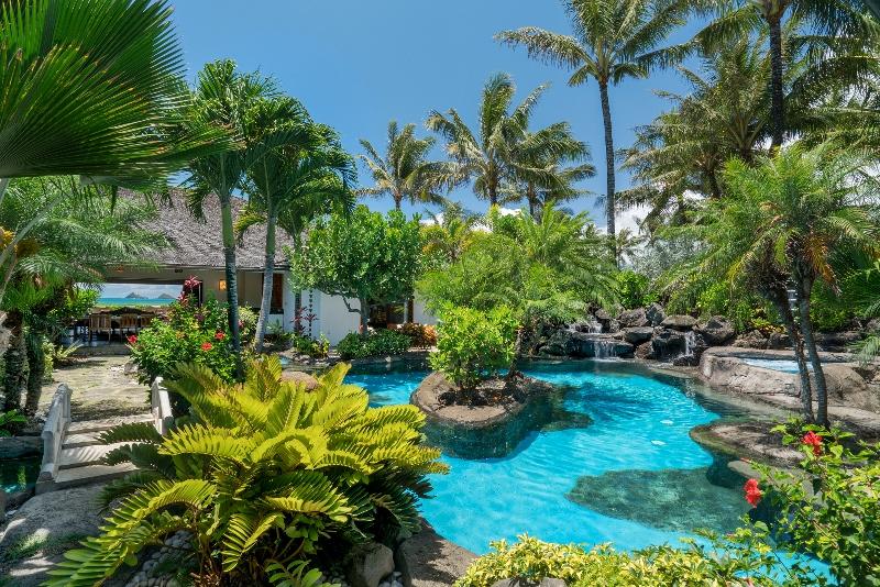 7-luxury-oasis_pool2-800x534