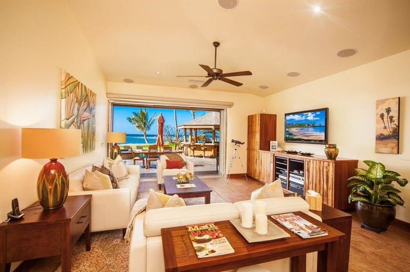 4-moana-hideaway_great-room-to-pool-800x532