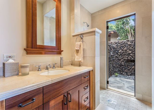 19-hualalai-vista-estate_bath-640x457