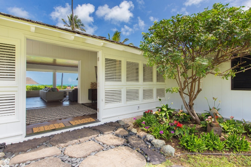 9-lanikai-by-the-sea_front-door-800x533