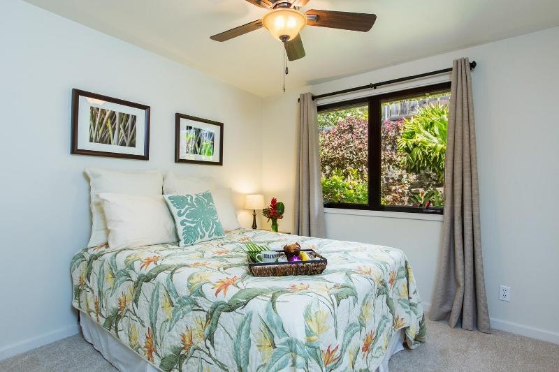 17-island-style-hale_bedroom5-800x533