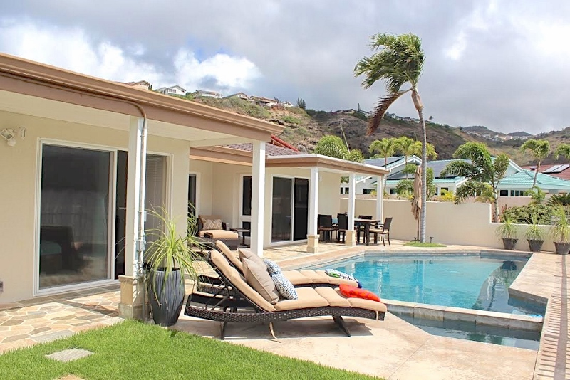 8-waterfront-hale_pool9-lanai-800x534