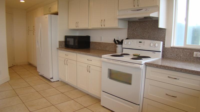 kailua-beach-house_kitchen-new3-800x450