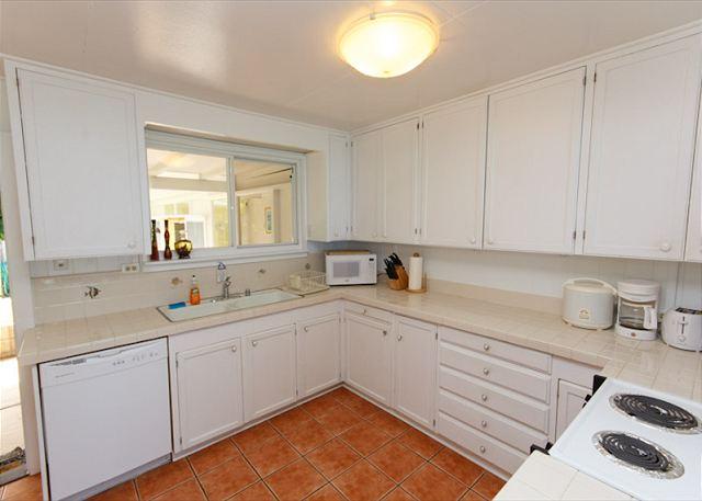 10-lanikai-oceanfront-bungalow_kitchen1