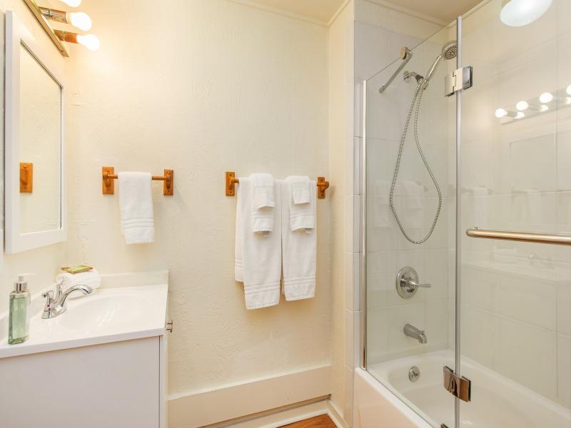 28-blanca-villa_guest-cottage-full-bath