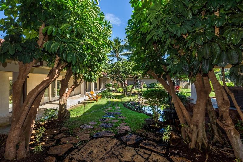 10-6-kai-ala-estate_yard-800x532